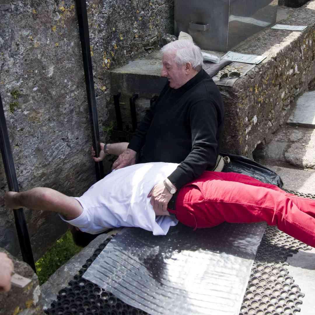 Custom-Travel-Planner-Network-1-SM-Ireland-Kissing-Blarney-Stone